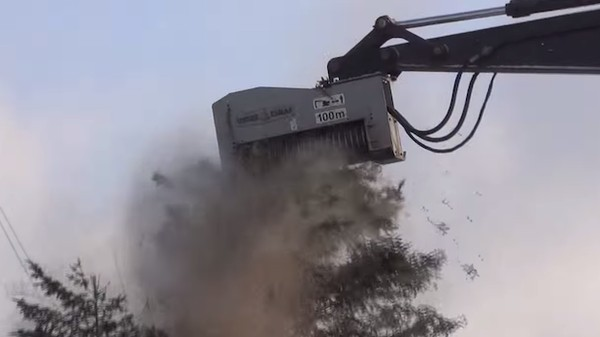 Here Is a Four-Story Mulcher Pulverizing a Pine Tree In Four Seconds