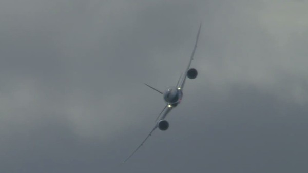 Here Is a Big Ol' Boeing Dreamliner Flying Like a Fighter Jet