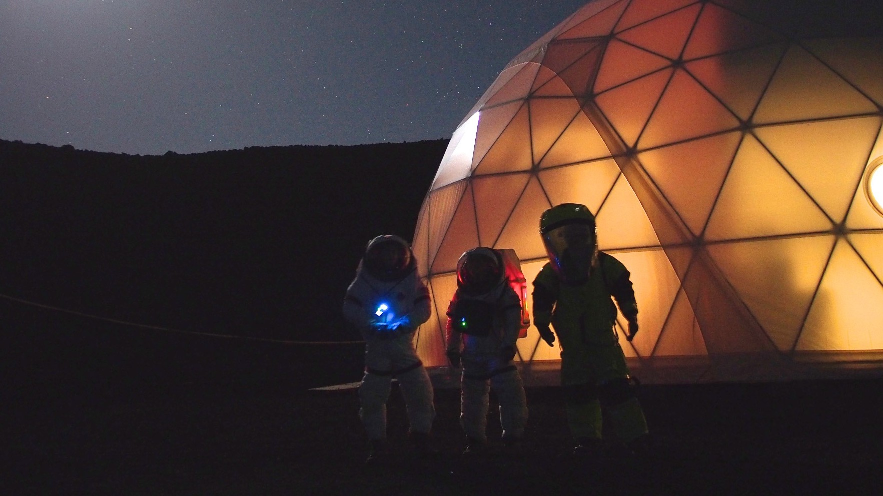 Watch Explorers Return to 'Earth' After Living on a Simulated Mars for 4 Months