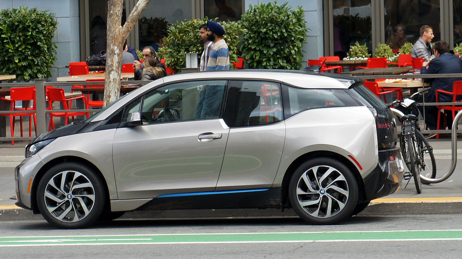 Why Electric Cars Are Ditching AM Radio