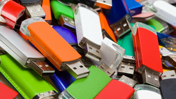 A Whole Lot of Nitwits Will Plug a Random USB Into Their Computer, Study Finds