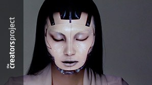 Kijk hoe het gezicht van dit model voor je ogen verandert via projection mapping