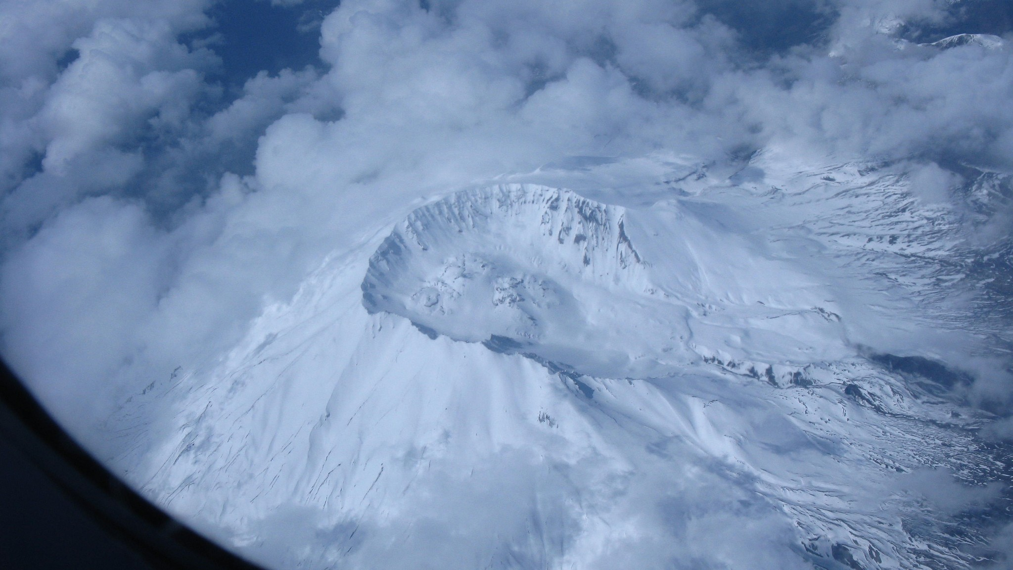 New Imagery Reveals That Mount St. Helens Is Sitting Atop a Small Sea of Magma