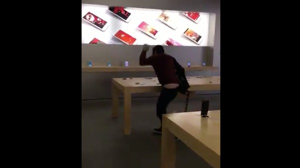 This Is a Video of a Guy Methodically Smashing Phones in an Apple Store
