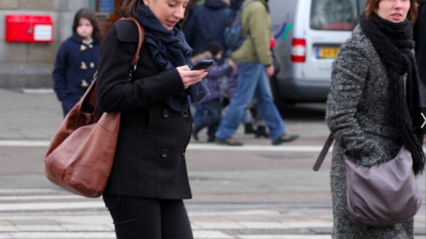 Science Explains Why You Suck At Texting and Walking