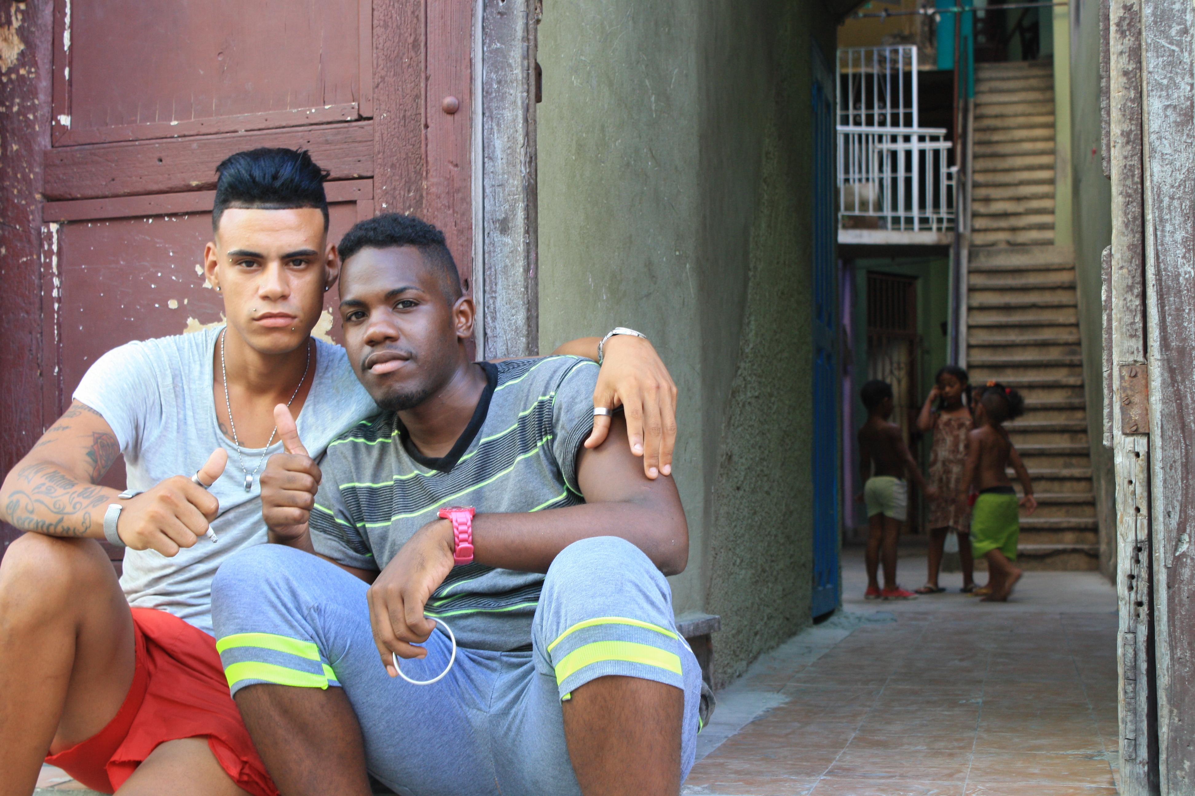Фото молодых людей обыкновенных мужчин есть блиндаж