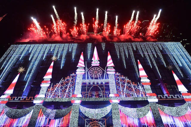 How Saks Fifth Avenue Blended Tech Into Its Holiday Light Show - Motherboard - How Saks Fifth Avenue Blended Tech Into Its Holiday Light Show