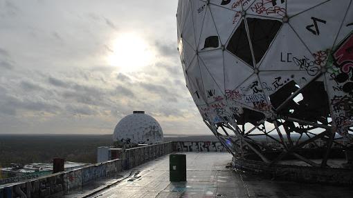 Een rondleiding door de Teufelsberg, het verlaten afluisterstation van NSA in Berlijn