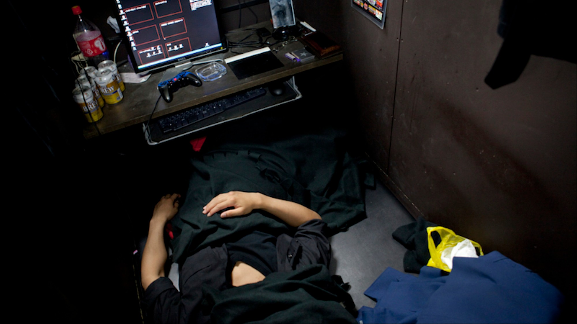 The Japanese Workers Who Live in Internet Cafes - VICE